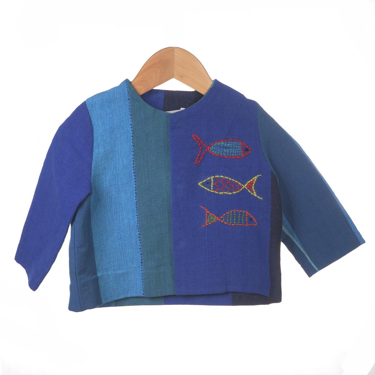 Blauwe vlakken shirt met borduursel visjes, achterzijde
