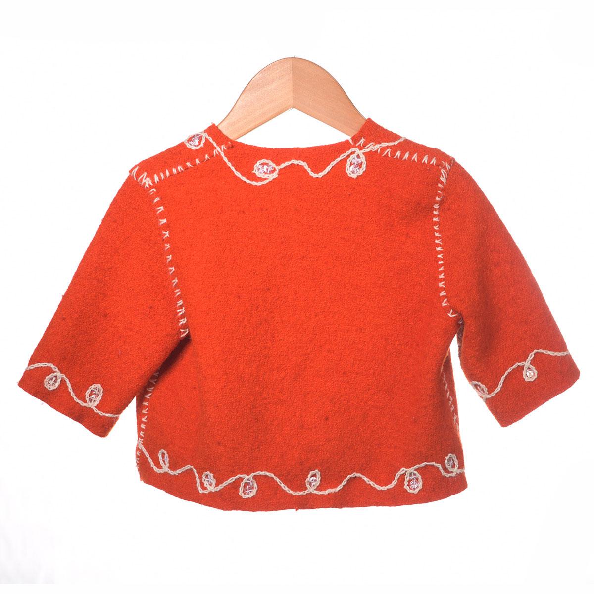 rood en jasje wit borduursel achterzijde